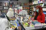 Ve čtvrtek 3. prosince 2020 se uvolnily další restrikce kvůli koronaviru. Otevřela například kadeřnictví, papírnictví, hračkářství nebo knihkupectví či obchody s oděvy. Na snímku knihkupectví Zlatý klas v Českých Budějovicích.