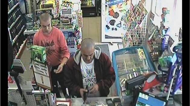 Tito muži platili falešnými bankovkami. Ozvou se policii?