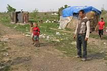Chudí lidé v Rumunsku čekají na humanitární pomoc.
