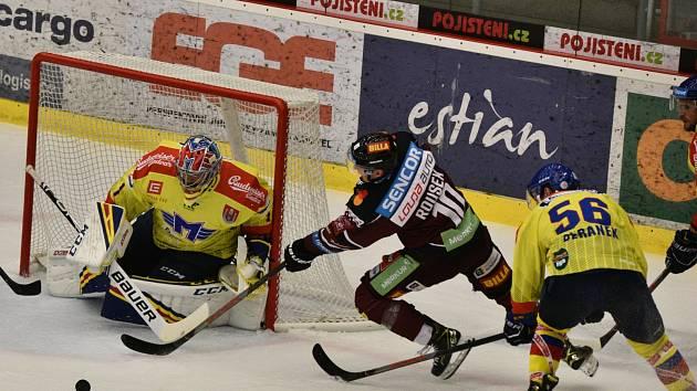 Sparťanský útočník Lukáš Rousek (v červeném) se snaží prosadit před gólmanem Motoru Janem Strmeněm, zastavit se ho pokouší Martin Beránek.