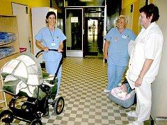 Alena Chrstošová s kočárkem, ve kterém matka svého syna do babyboxu přivezla.