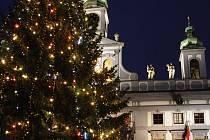 Už jen poslední dny  bude náměstí zdobit vánoční strom.