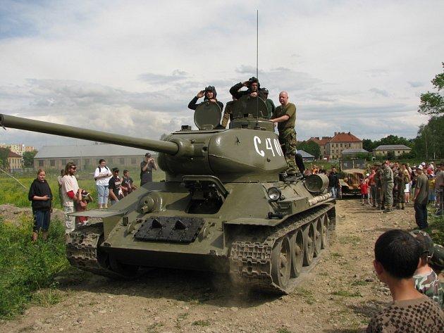 Sobotní rekonstrukce válečné bitvy přilákala na bývalé tankové cvičiště do Čtyřech Dvorů v Českých Budějovicích stovky diváků. Ti mohli vidět desítky minut dlouhou ukázku, jak se  před třiašedesáti lety doopravdy bojovalo nejen na evropských frontách.