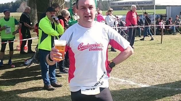 Šéf Plného Pupku Emanuel Aleš se po závodě rád občerství pohárkem českobudějovického piva.