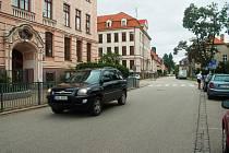 Dopravní komise magistrátu navrhla retardéry u ZŠ Dukelská. Město zde zatím jen zvýrazní nápisy na silnici.