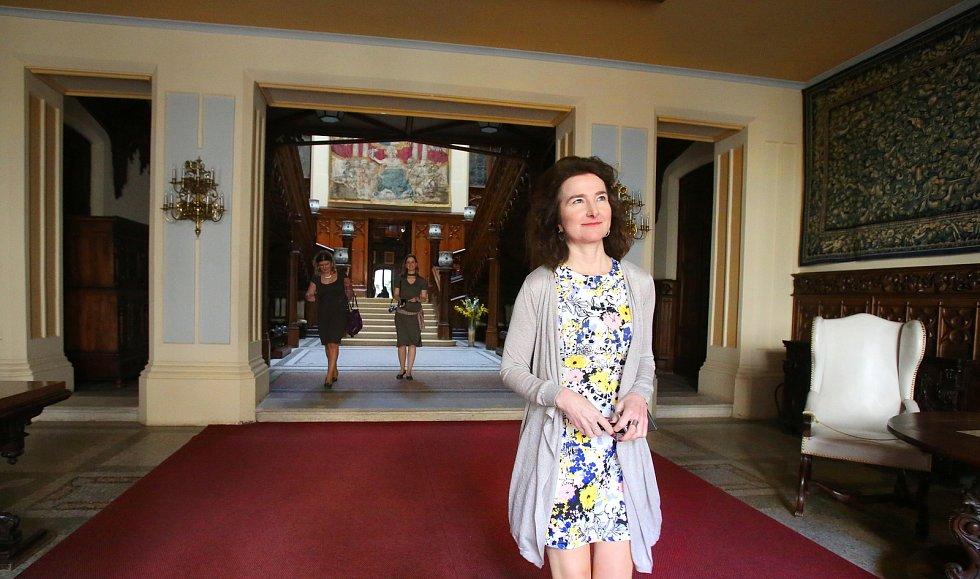 Britská velvyslankyně Jan Thompson navštívila Jihočeský kraj. Na závěr oficiální návštěvy si prohlédla zámek Hlubokou.