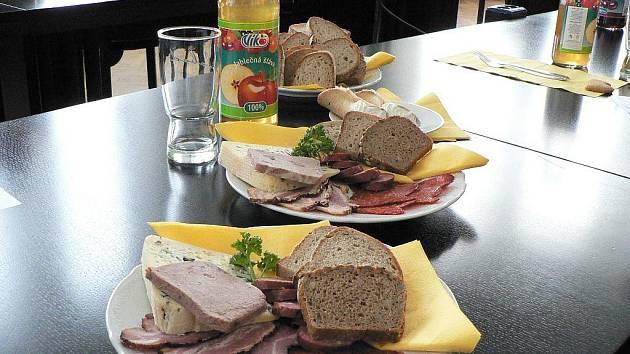 Produkty oceněné v soutěži Chutná hezky. Jihočesky v roce 2010 pohromadě na jednom stole.