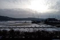 Desítky běžkařů i bruslařů byly o víkendu k vidění na zamrzlé hladině lipenského jezera mezi Frymburkem a Lipnem nad Vltavou.