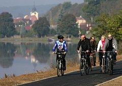 Cyklostezka podél Vltavy už vede například z Týna nad Vltavou do osady Břehy.