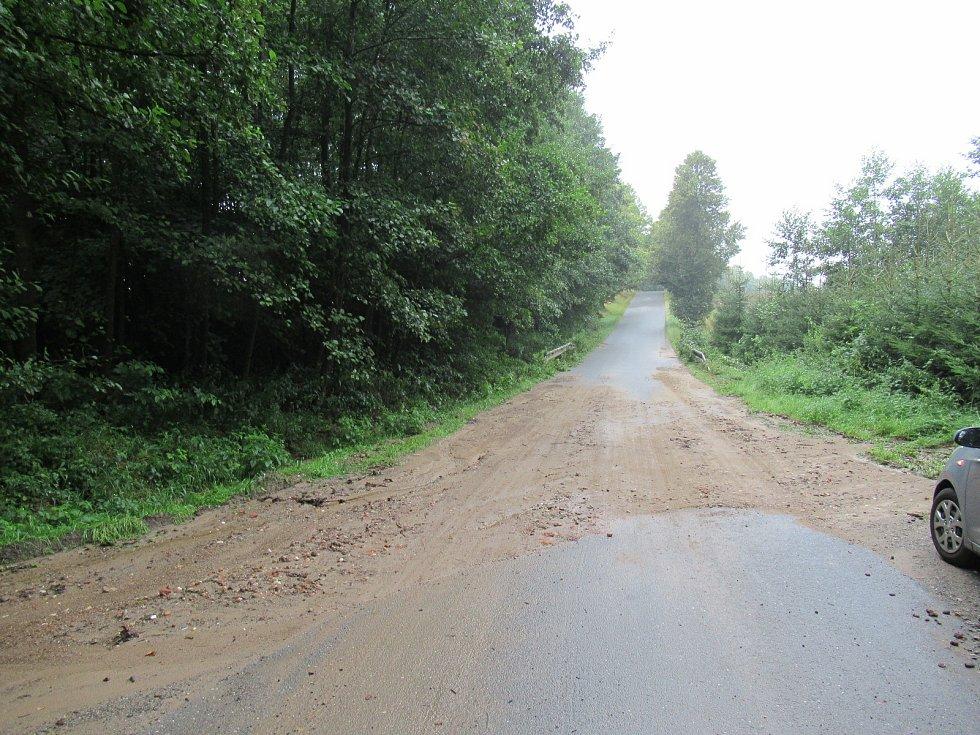 K nejvíce událostem vyjížděli hasiči na Táborsku, ucpávala se kanalizace, padaly stromy a voda se valila ulice i přes silnice. Následky jsou znatelné i v sobotu ráno.