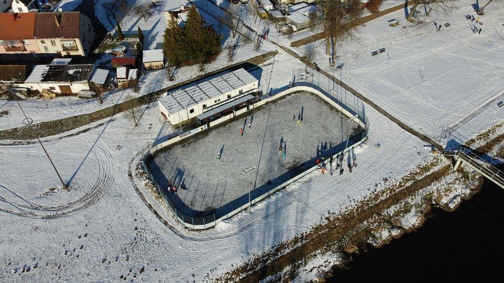 Dobrovolní hasiči z Plavu v akci. Kluziště pro děti v zimě na hokejbalovém hřišti. Foto: SDH Plav