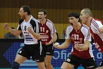 Jihostroj vyhrál i druhé utkání se Zlínem a už ve čtvrtek může na Morave rozhodnout o svém postupu do semifinále. Zleva se radují Habada, Motys, Fila a Čajan