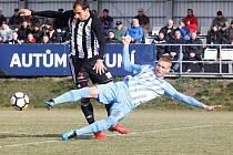 Fotbalisté Dynama vyhráli v Prostějově 1:0 (na snímku obranný zákrok Davida ledeckého).