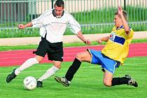 Blatenští doma prohrávali s Rudolfovem 0:1, vyrovnání zařídil Jakub Nový (vlevo v souboji s Davidem Nárovcem).