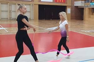 Ivana Pokorná vede na tréninku moderní gymnastky SKMG Máj České Budějovice