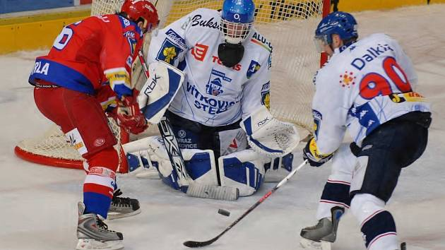 Ve středeční extralize vyhráli hokejisté HC Mountfield s Vítkovicemi 2:0. Na snímku z tohoto duelu Kotrla před vítkovickými brankářem Pruskem, vpravo je obránce Heš. Dnes hrají Jihočeši na Kladně a v neděli hostí Spartu (17).