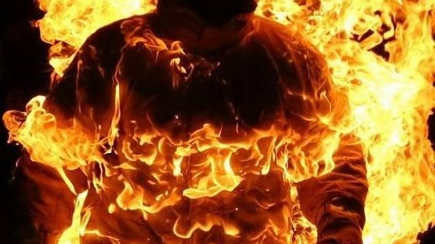 Přežil pět minut v plamenech.