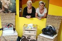 Celkem 75 kabelek shromáždila od zákaznic svého českobudějovického kadeřnictví Romana Veverková (na snímku vpravo, nalevo kolegyně Monika Musilová).