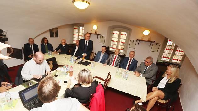 Podpis koaliční smlouvy v Českých Budějovicích.