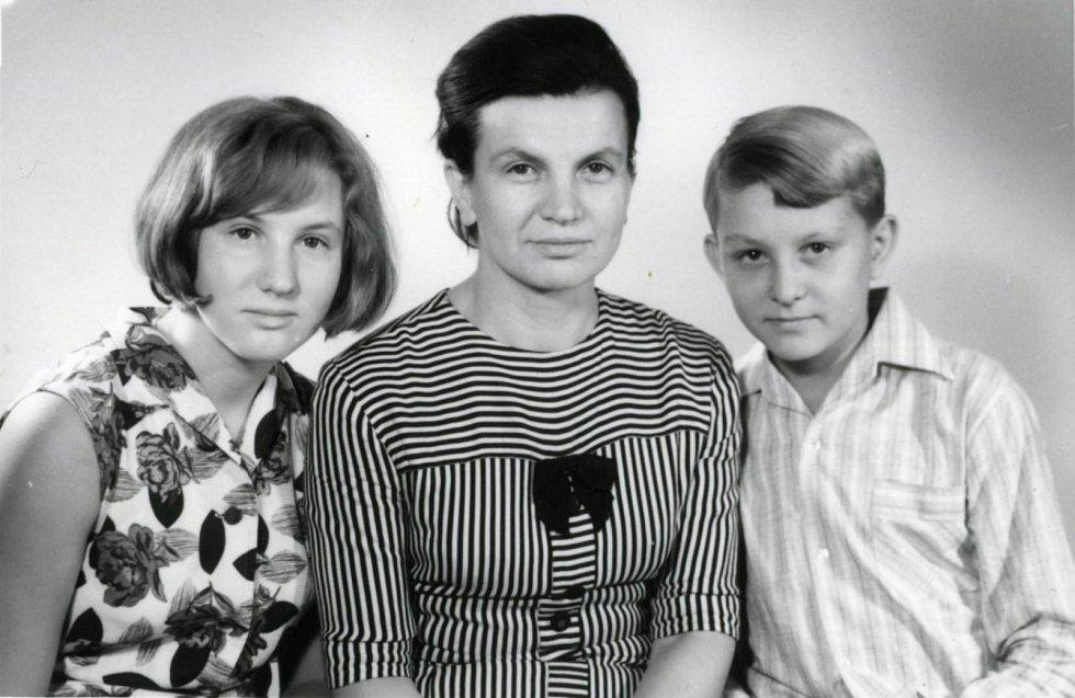 Ladislav Havel, jihočeská legenda, která naučila hrát na housle stovky žáků včetně Pavla Šporcla, slavil 22. května 2015 své 90. narozeniny. Na archivním snímku manželka Marie a děti Petr a Jindřiška.
