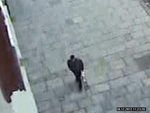 Kamera zachytila možného pachatele loupežného přepadení.