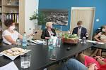 Při setkání na Krajské hygienické stanici v Českých Budějovicích shrnovali tříměsíční koronavirovou krizi ministr zdravotnictví Adam Vojtěch, ředitelka KHS Kvetoslava Kotrbová a předsedkyně představenstva jihočeských nemocnic Zuzana Roithová.