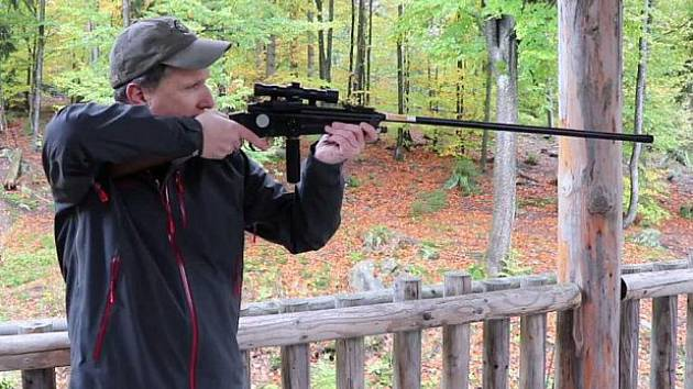 Marco Heurich s narkotizační puškou.
