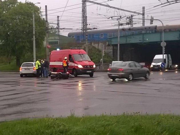 Střed osobního auta smotocyklem vúterý ráno zkomplikoval dopravu vČeských Budějovicích uviaduktu.