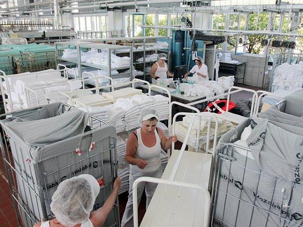 Prádelna českobudějovické společnosti Wozabal připomíná spíše laboratoř. Všude je čisto a kdo chce do provozu, musí na sebe obléknout bílý plášť.