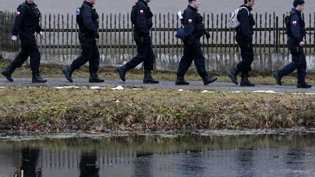 Policie zahájila 21.března rozsáhlou pátrací akci po devětadvacetiletém Aleši Novákovi, který je podezřelý z toho, že se v neděli večer pokusil zabít svou přítelkyni. Celé akce se účastní 180 policistů, kteří se rozdělili na čtyři pátrací skupiny.