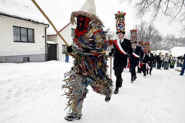 Tradiční mládenecká řůžičková koleda před začátkem masopůstu v Doudlebech.