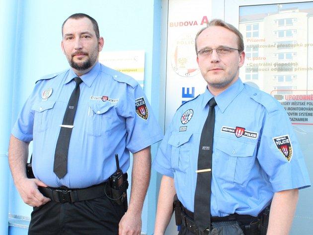 Jan Plánský (vlevo) a David Stoklasa zachránili ženu, v jejímž bytě unikal plyn.