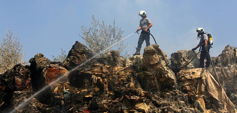 Požár nelegální skládky likvidují hasiči už druhý den