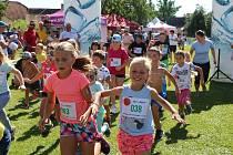 Římovský běh pro úsměv se konal na starém fotbalovém hřišti. Výtěžek je věnován devítileté Aničce na speciální zdravotní pomůcky.