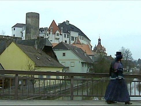 Záběr ze seriálu Stříbrná paruka. Pohled na Jindřichův Hradec.