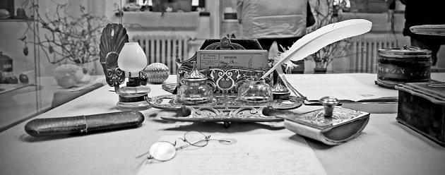 Život ikuchařské umění Magdaleny Dobromily Rettigové zpestřuje velikonoční výstavu vtáborské Galerii 140.Na snímku psací souprava skalamářem,brýle a sada psacích potřeb spečetidlem, pomůcky úředníka jako byl Jan Sudiprav Rettig.