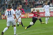 Rudolf Otepka z této šance na míč nedosáhl: na snímku dále zleva jsou Urbánek, Kordula, Lengyel a Volešák.