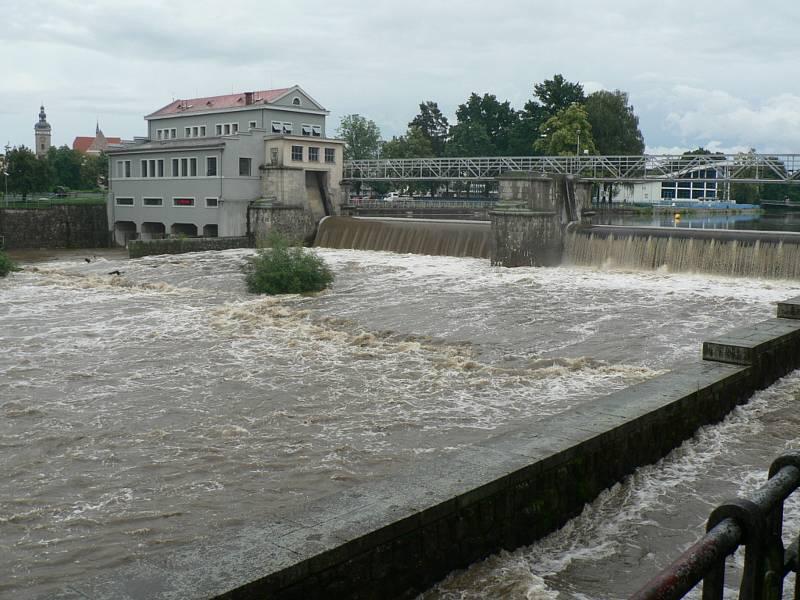 Zvýšená hladina Vltavy v Českých Budějovicích - Jiráskův jez.