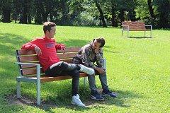 Hoši zrovna čekali na trénink našich Motoráků. Vpravo Dominik Čejka s kamarádem Michalem Uhrem.