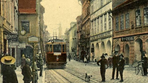 Archivní snímek zachycuje zastávku Spořitelna v českobudějovické Krajinské ulici v prvních letech tramvajového provozu. V tomto místě sloužila od zahájení provozu tramvají jen do roku 1913, kdy byla přestěhována blíže k náměstí.