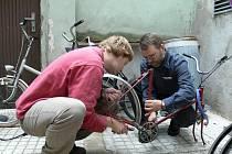 Jan Dvořák (vlevo) a Petr Koukal byli mezi dobrovolníky, kteří  spravovali kola dětem z rodin charity.