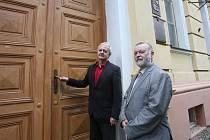 Za kliku dveří vedoucích do Gymnázia Zlatá stezka v Prachaticích bral Miroslav Doležal (vlevo) z České školní inspekce. Na základě nařízení vlády tady, stejně jako na dalších místech kraje, kontroloval zabezpečení školy. Vpravo je ředitel Alexandr Zikmund