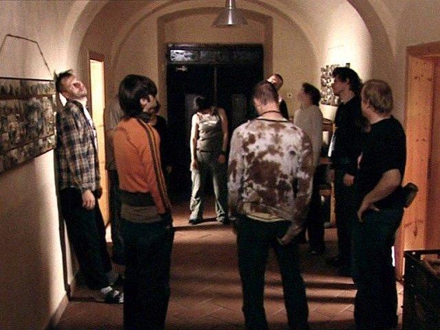 Na chodbě se právě koná rozcvička. Vede ji Karel (zcela vpravo) v podání herce  Davida Novotného.