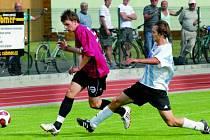 V kvalitním finále soběslavského turnaje se snaží nadějný Milan Nitrianský z juniorky Dynama Č. Budějovice uniknout křižujícímu Miloši Veselému ze Sezimova Ústí.