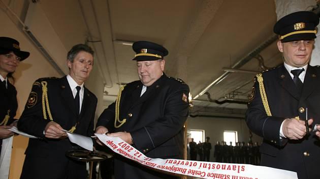 V nové budově hasičů může parkovat deset zásahových vozidel. Slavnostního přestižení pásky se zúčastnil také ředitel jihočeského HZS Lubomír Bureš (vpravo).