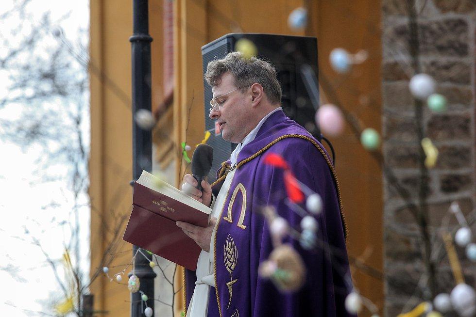 Kříže z loňského Hrkání lemují od pátku vnější zeď  hlubockého kostela Jana Nepomuckého.