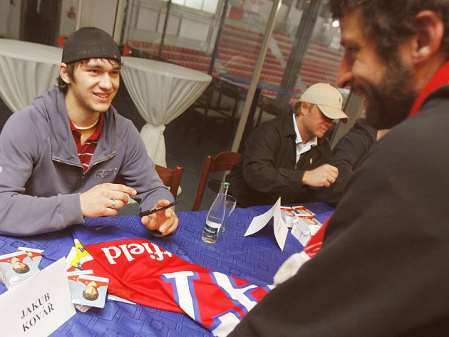 Hokejisté HC Mountfield se s letošní sezonou rozloučili autogramiádou pro své příznivce. Nechyběl na ní ani brankář Jakub Kovář, jenž má v klubu smlouvu i na příští sezonu. Vedle něj sedí obránce Milan Toman, jemuž naopak platný kontrakt vypršel.