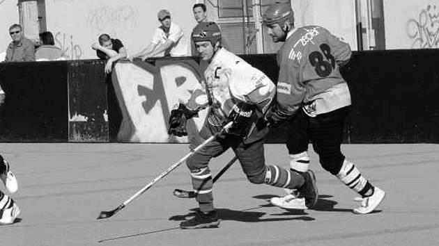 Vůdce Stars Martin Krotký uniká při derby vysloužilému reprezentantovi z Vltavy Nýdlovi. V duelu spřátelených týmů těsným rozdílem zvítězil favorit.