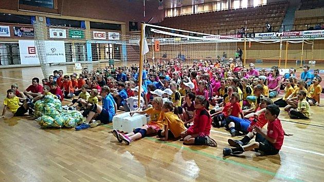 Minivolejbal děti moc baví. Sportovní hala hrála barvami