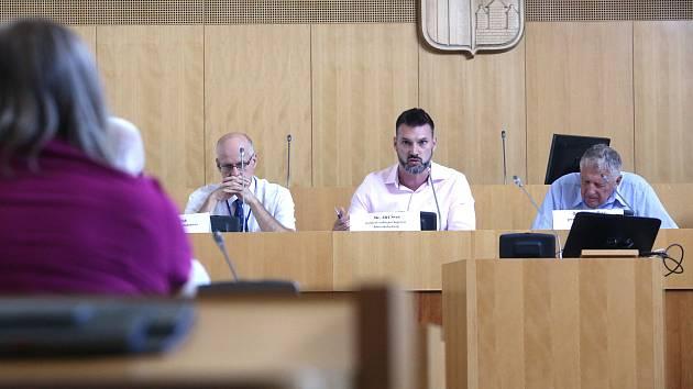 Zástupci Krajského úřadu jednali se starosty a dopravci o chystaném zpoplatnění provozu na vybraných silnicích I. třídy.